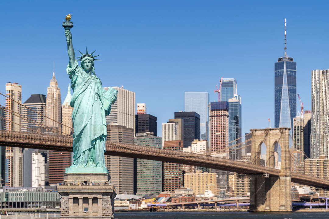 Imagem diurna e a céu aberto mostra estátua da liberdade, em Nova York.