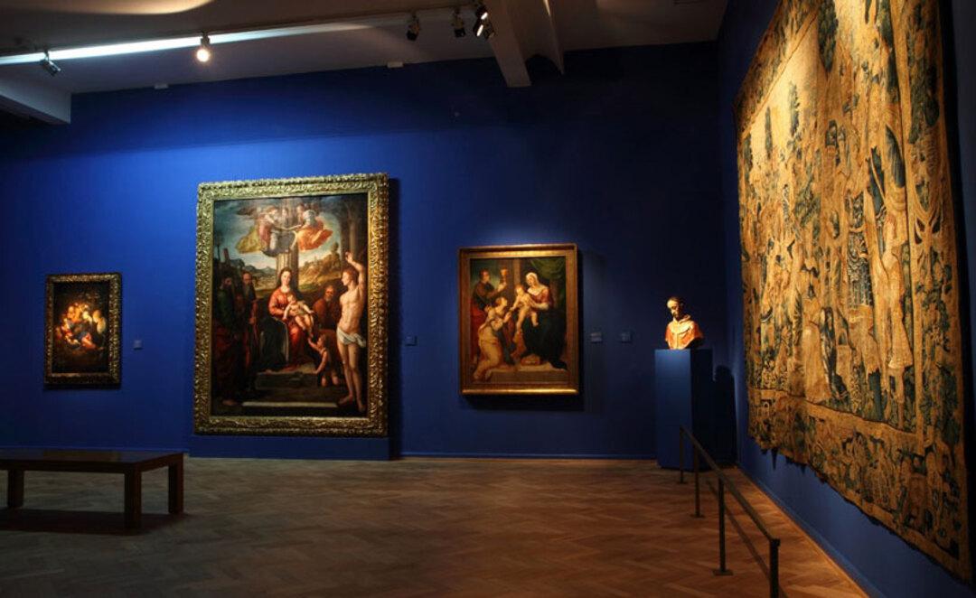 Cultura de Buenos Aires: imagem interna de sala, no Museu das Belas Artes, mostra parede azul e quadros na parede
