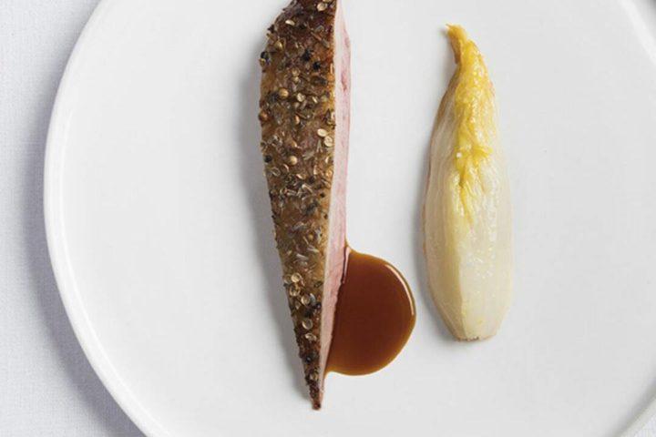 Imagem mostra prato branco com uma fileira de carne e acompanhamento