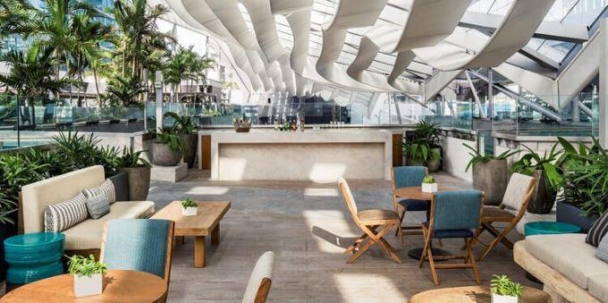 Miami: imagem de espaço aberto, com sofás, mesas e cadeiras, para recreação no Brickell City Center