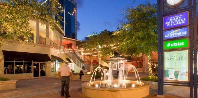 Miami: imagem de lugar aberto, ao anotecer, com fonte de água e pessoas ao redor