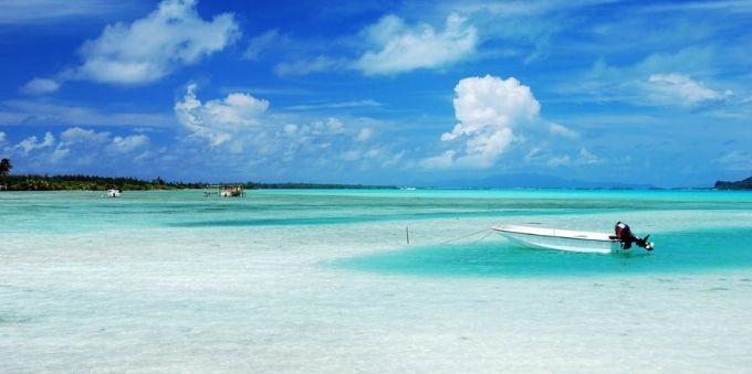 Imagem mostra praia a céu aberto em dia ensolarado, em Miami