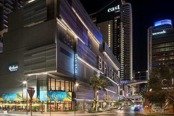 Downtown Miami: imagem noturna e externa mostra centro de Miami, com muita inovação e tecnologia