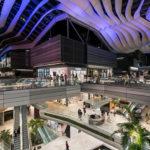 Imagem interna mostra centro comercial em Miami, com pessoas circulando e muita inovação