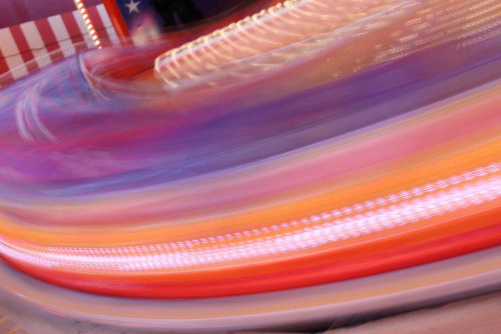 Programas em Miami: imagem ilustrativa mostra várias cores e luzes, com a impressão que estão em movimento