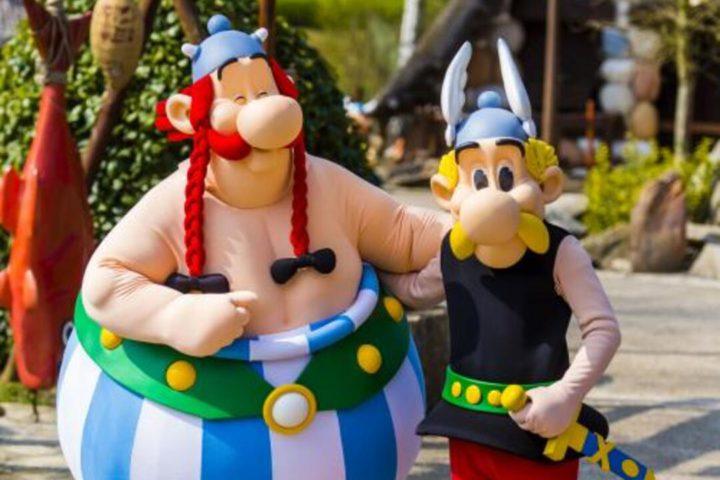Diversão em Paris: imagem dos personagens do desenho asterix em parque