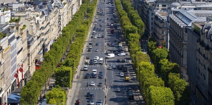 PAris: imagem vista de cima mostra avenida parisiense com tráfego intenso