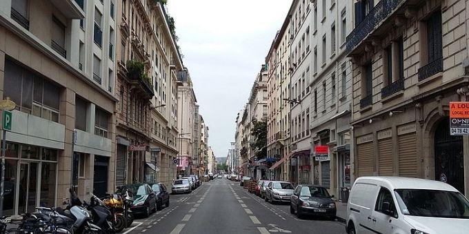 Imagem da Rue Marseille, em Paris, mostra rua com p´redios e carros estacionados