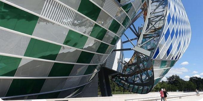 Imagem mostra estrutura da Fundação Louis Vitton, em Paris