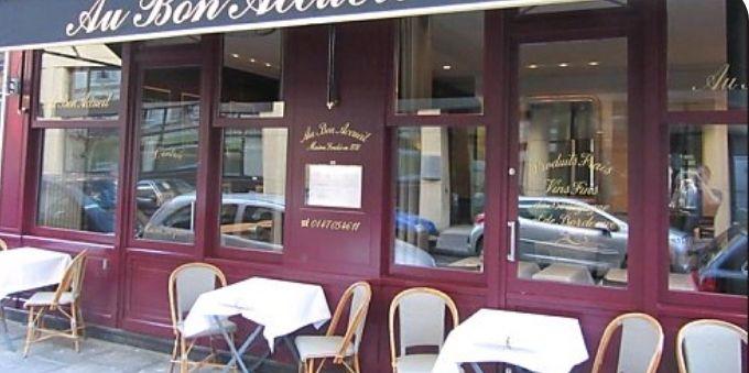 Imagem diurna da fachada do Au Bon Accueil, em Paris