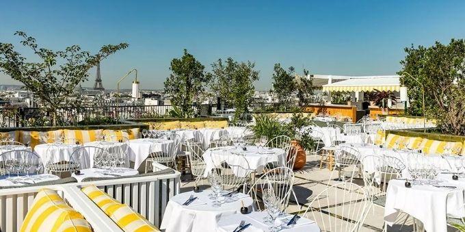 Imagem mesas de restaurante em Paris ao ar livre, em dia ensolarado