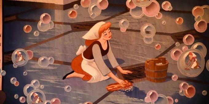 Paris: imagem da ilustração do filme de Cinderela, com a princesa esfregando o chão