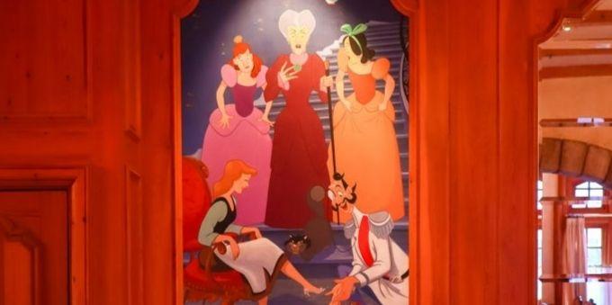 Imagem mostra ilustração de CInderela, su a madrasta e irmãs, na parede do parque da Disney, em Paris