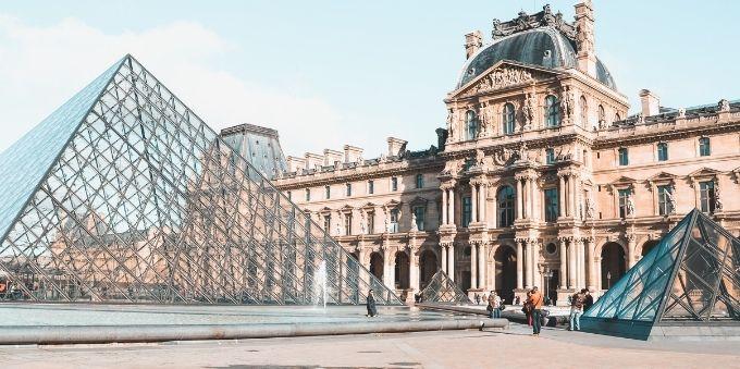 Imagem diurna mostra a frente do Museu Louvre, em Paris.