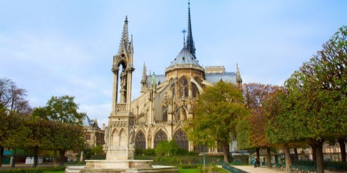 Imagem diurna da frente da catedral de Notre Dame, em Paris