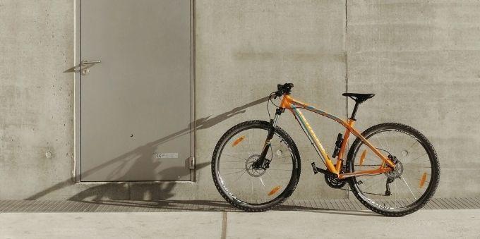 Paris: imagem de bicileta amarela encostada em parede