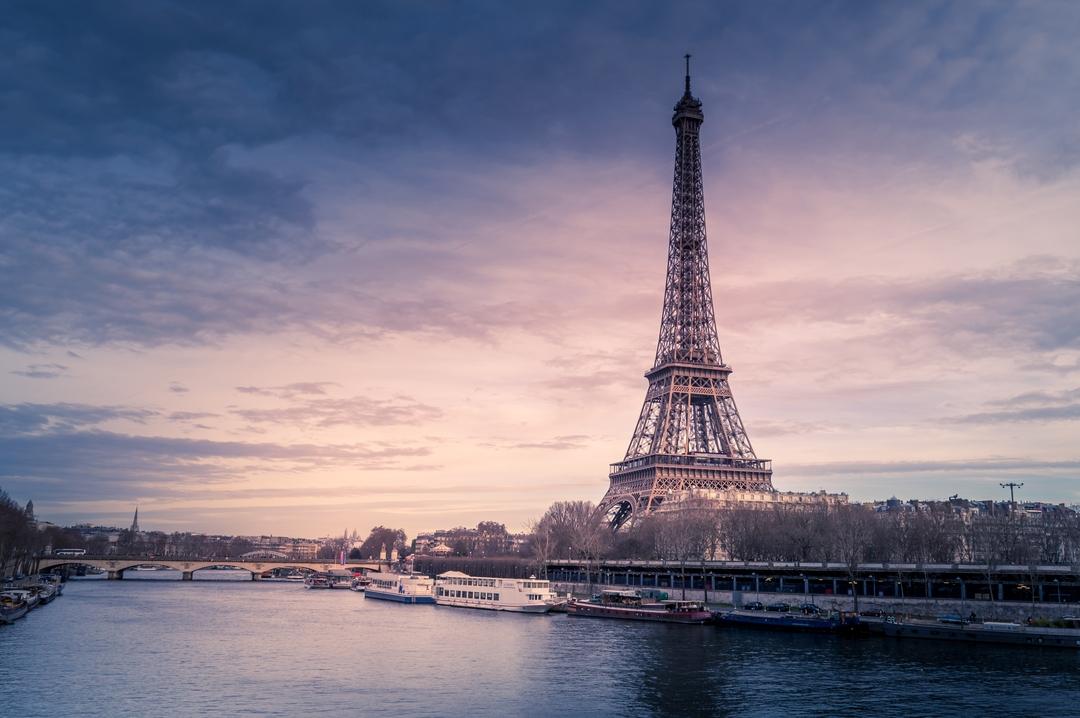 Imagem visão geral da Torre Eiffel ao entardecer, em Paris